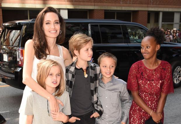Джоли разрешила детям провести Хэллоуин с Питтом