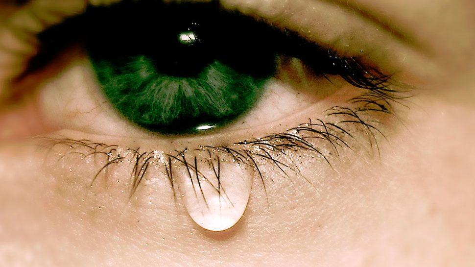 Основные причины, почему слезятся глаза