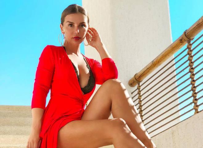 Анна Седокова показала развратное фото со своей новой подтанцовкой