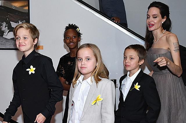 Неожиданно: Анджелина Джоли с детьми продавала корм для собак в парке