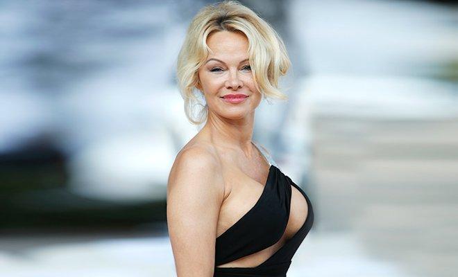 Памела Андерсон раскритиковала порнографию и тут же вышла в свет в откровенном наряде