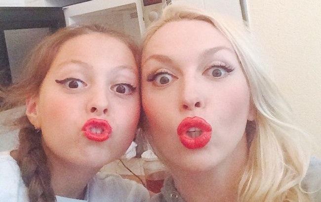 Оля Полякова и ее 13-летняя дочь померились фигурами в купальниках