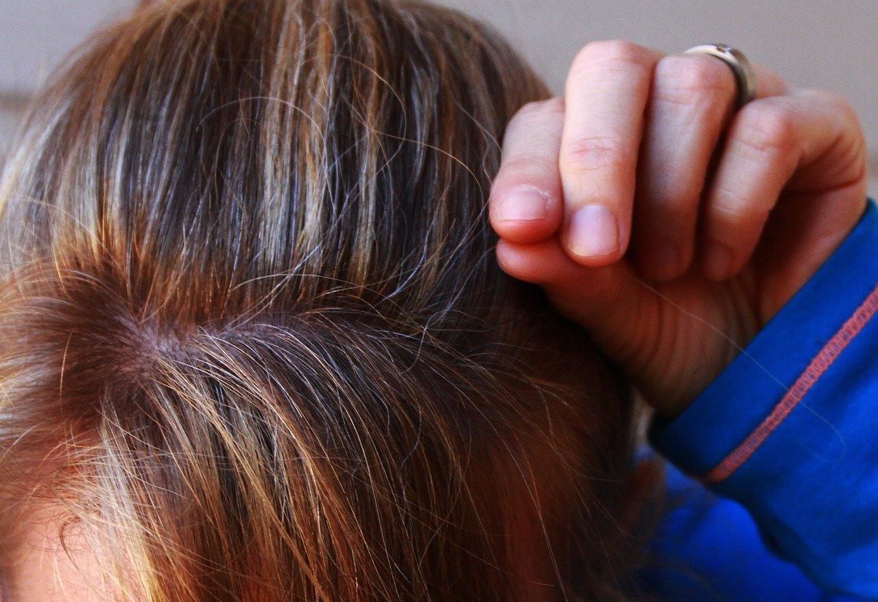 4 возможных причины раннего появления седых волос