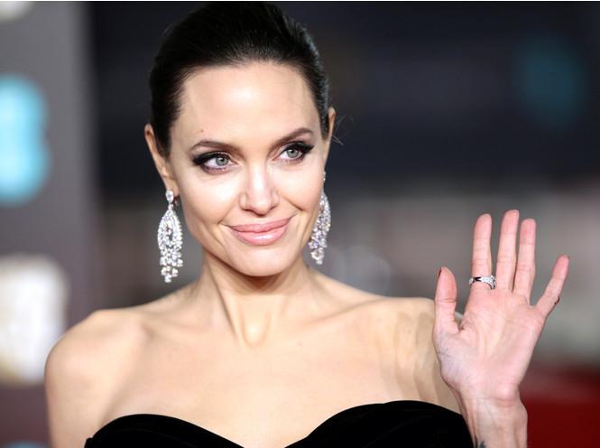 Редкий кадр: Анджелина Джоли вывела в свет всех детей