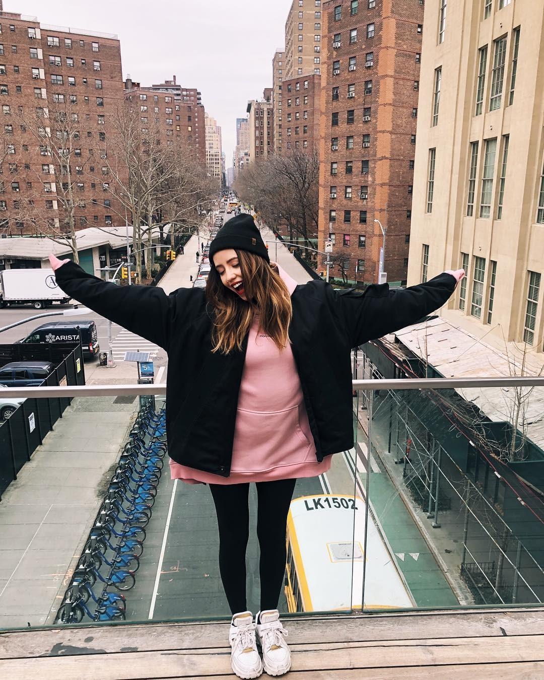 Фолловеры Нади Дорофеевой заподозрили певицу в беременности