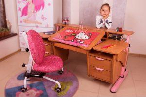 Детские столы: практичное дополнение в детской комнате