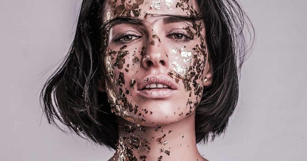 Даша Астафьева снялась в нежной фотосессии вся в золоте