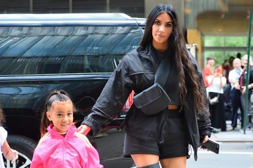 5-летняя дочь Ким Кардашьян самостоятельно появилась на обложке глянца