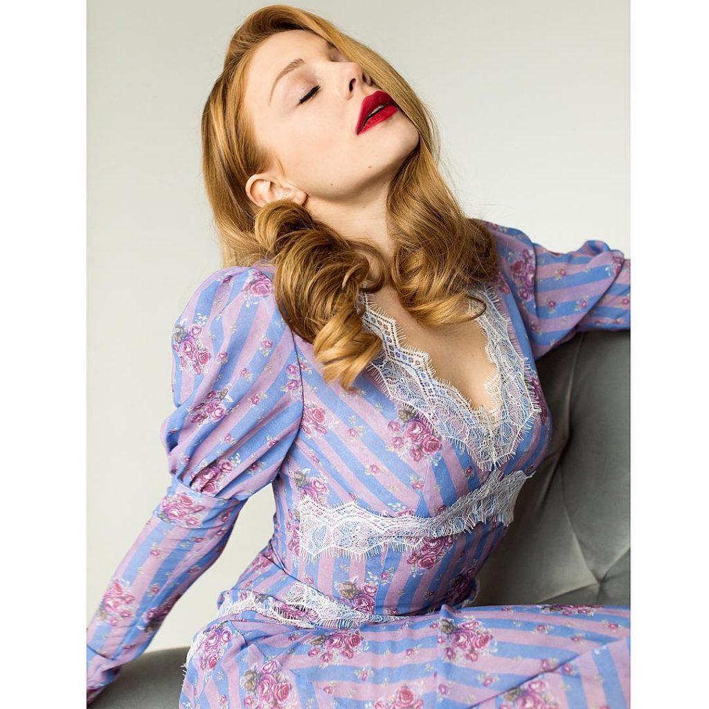 Стильная и обаятельная: Тина Кароль показывает, как носить красный