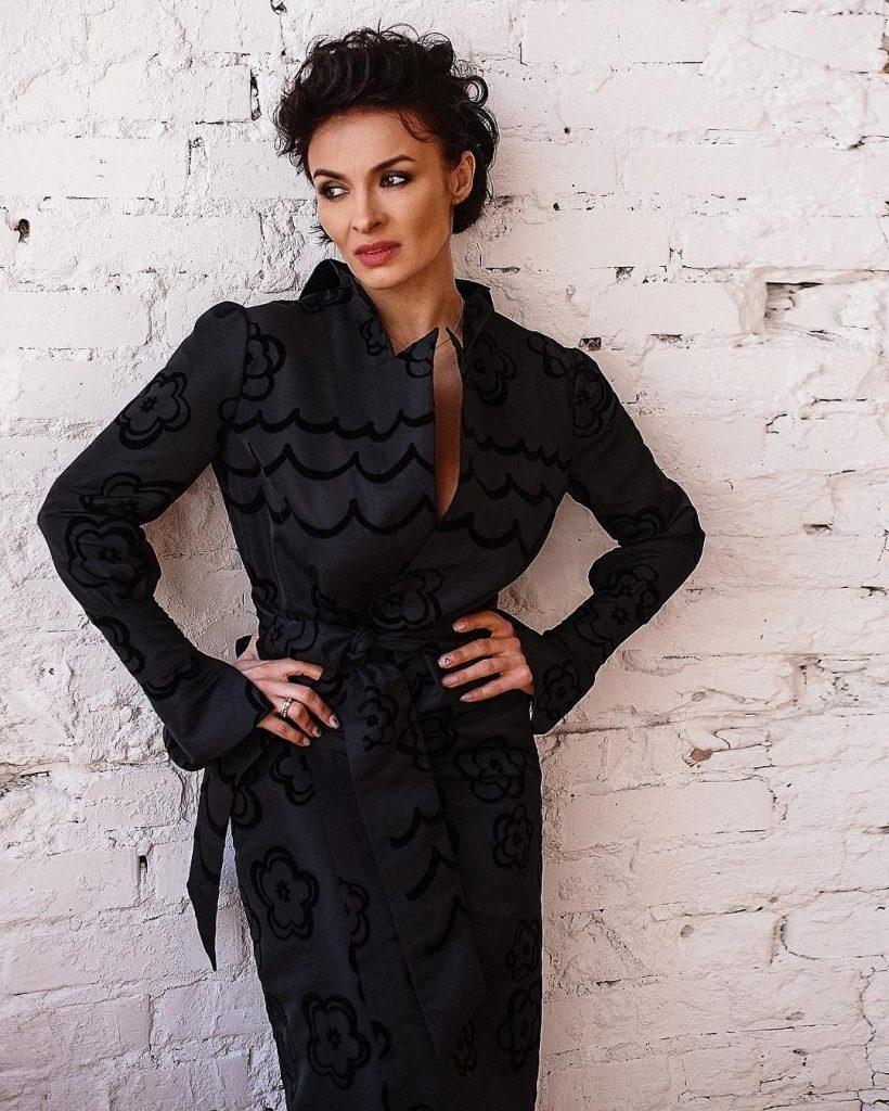Надежда Мейхер прорекламировала кожаную юбку собственной коллекции