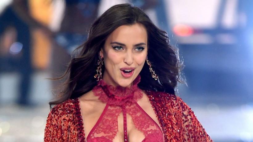 Ирина Шейк в меховых трусиках появилась на обложке Vogue
