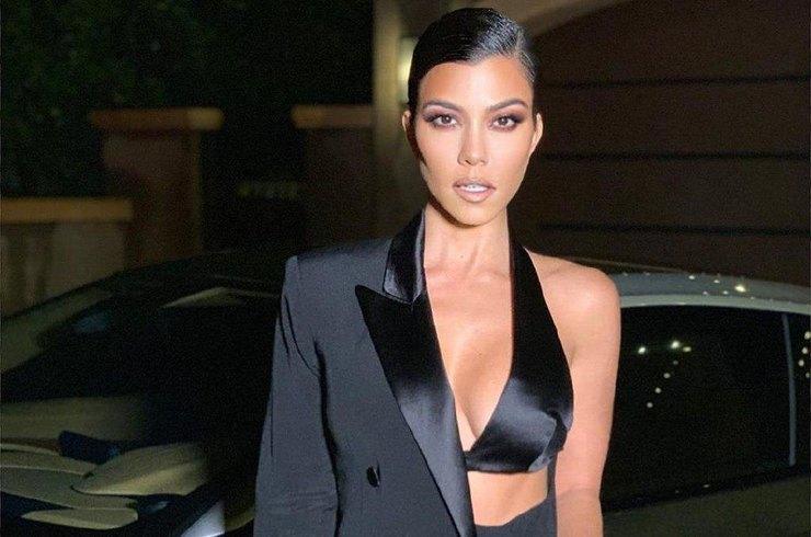 Кортни Кардашьян отметила 40-летие в откровенном платье от Versace