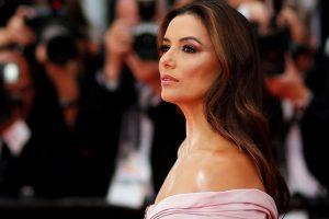 Ева Лонгория блеснула фигурой в белоснежном платье на красной дорожке