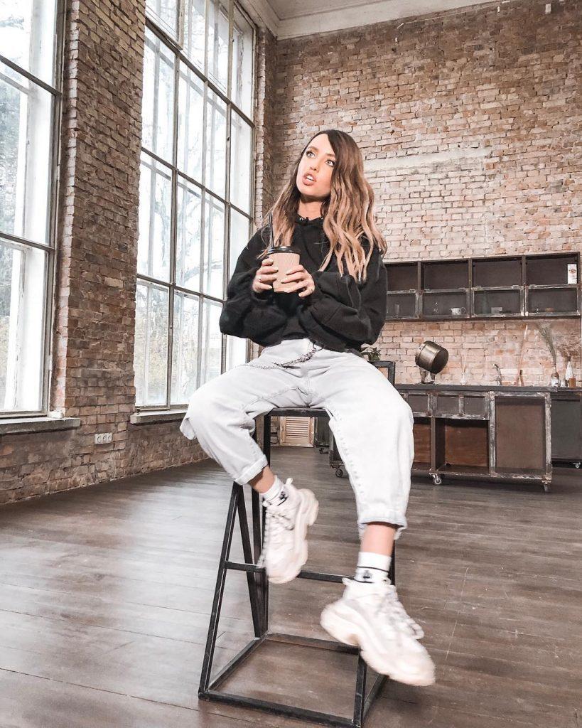 Надя Дорофеева показывает, как носить самую модную сумку сезона весна-лето 2019