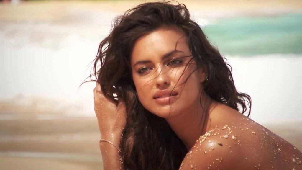 Ирина Шейк стала лицом линии солнцезащитных очков Versace