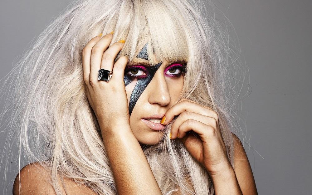 Леди Гага сменила прическу и вернулась к эпатажному имиджу