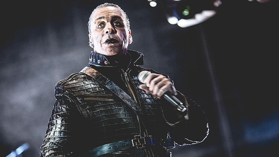 Солист Rammstein сломал челюсть надоедливому фанату