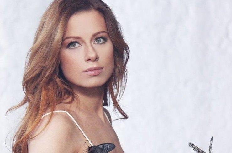 Хрупкая талия в красном и обнаженные плечи в черном: Юлия Савичева устроила битву платьев