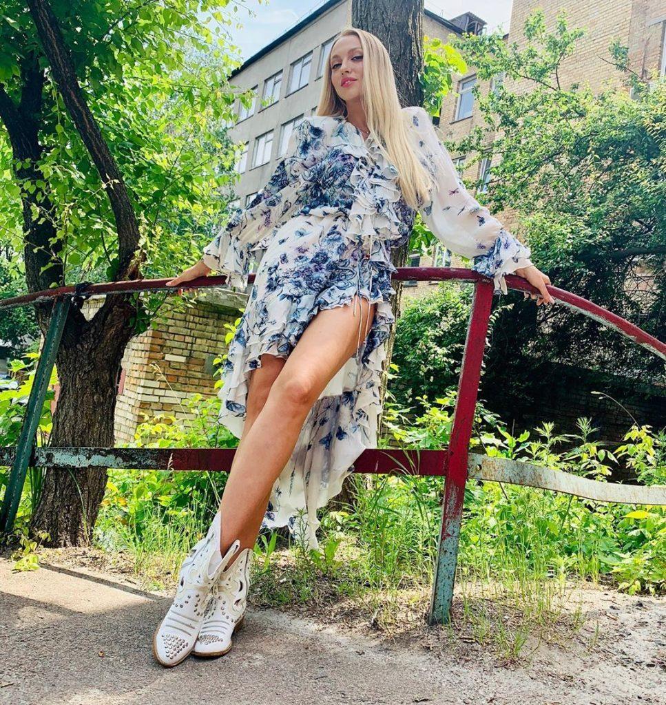 Как конфетка: Оля Полякова сверкнула стройными ногами в ярком наряде