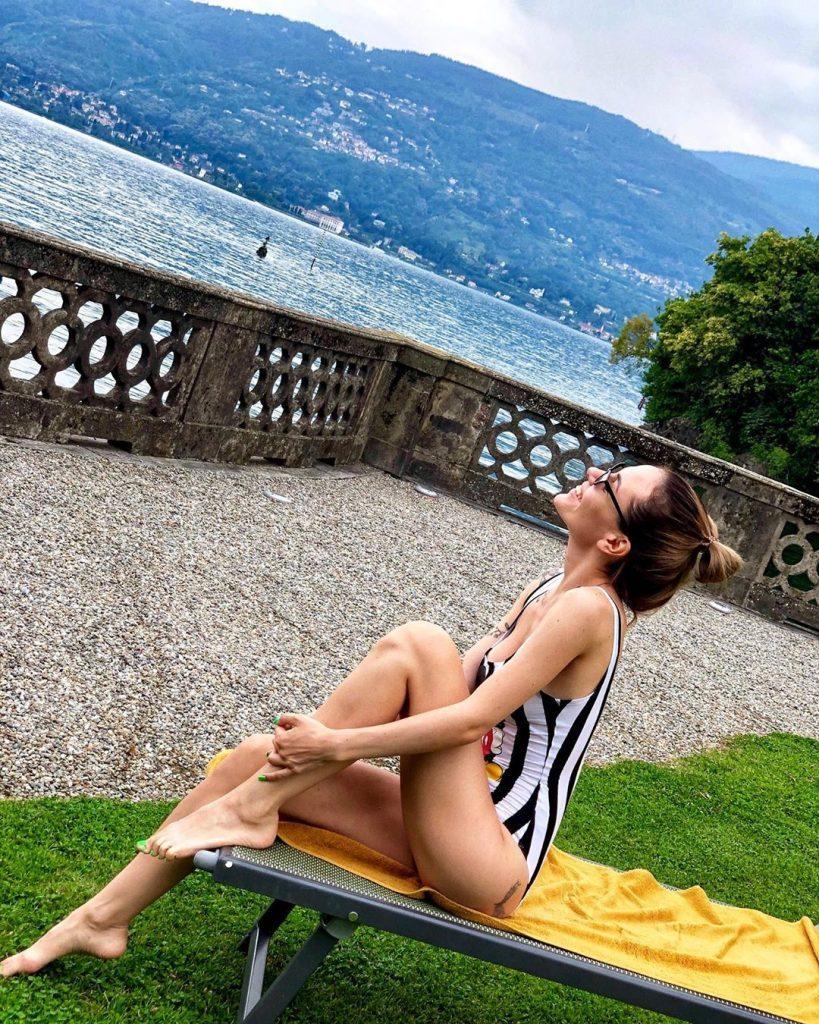 Total white: MamaRika показывает, как выглядит идеальный костюм на лето