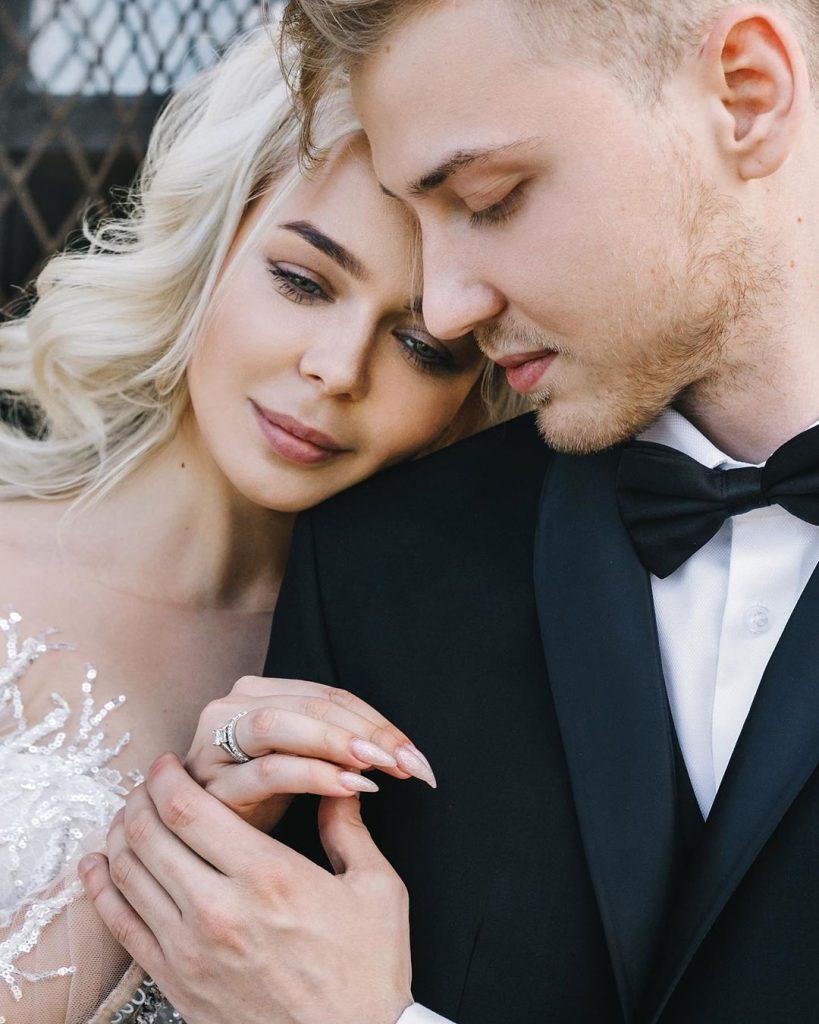 Влюбленные и счастливые: Алина Гросу вместе с супругом украсила обложку свежего номера «Теленеделя»