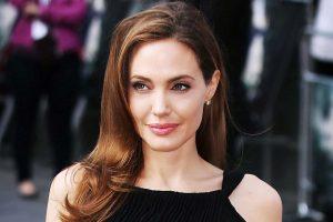 Анджелина Джоли вышла в Париже на балкон в одной комбинации