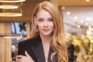 Светлана Ходченкова примерила элегантный образ осенне-зимней коллекции бренда UNIQLO