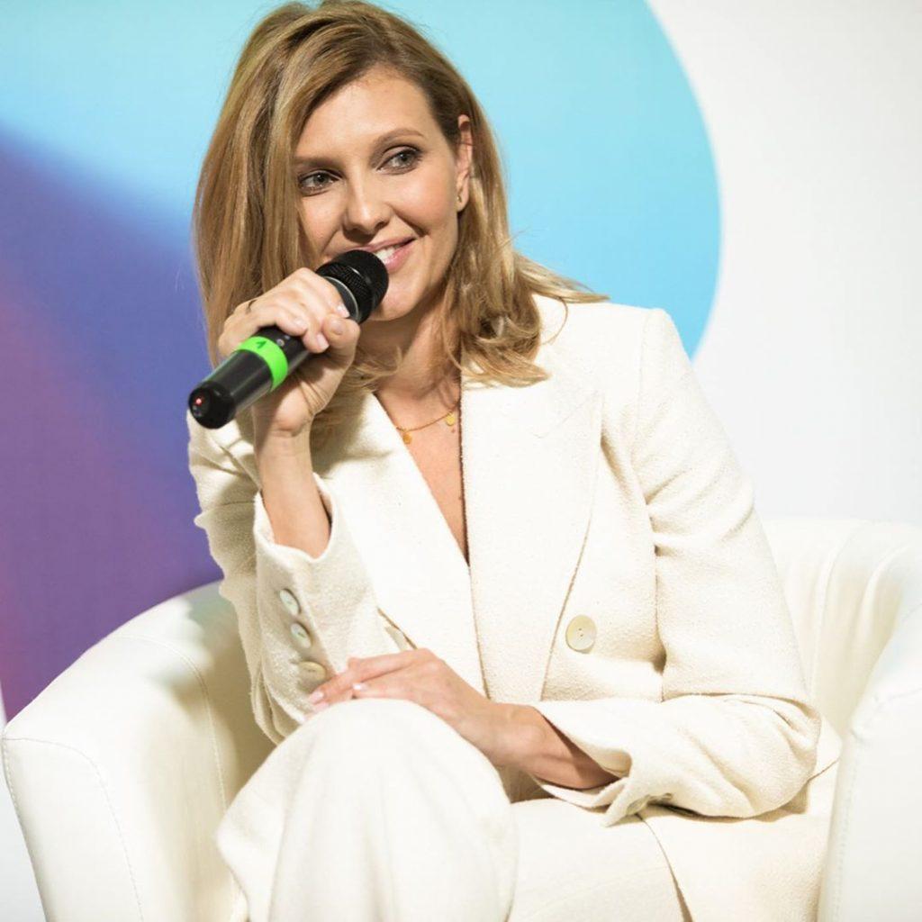 Пиджак пудрового цвета и черная юбка ниже колен: рассматриваем новый образ Елены Зеленской