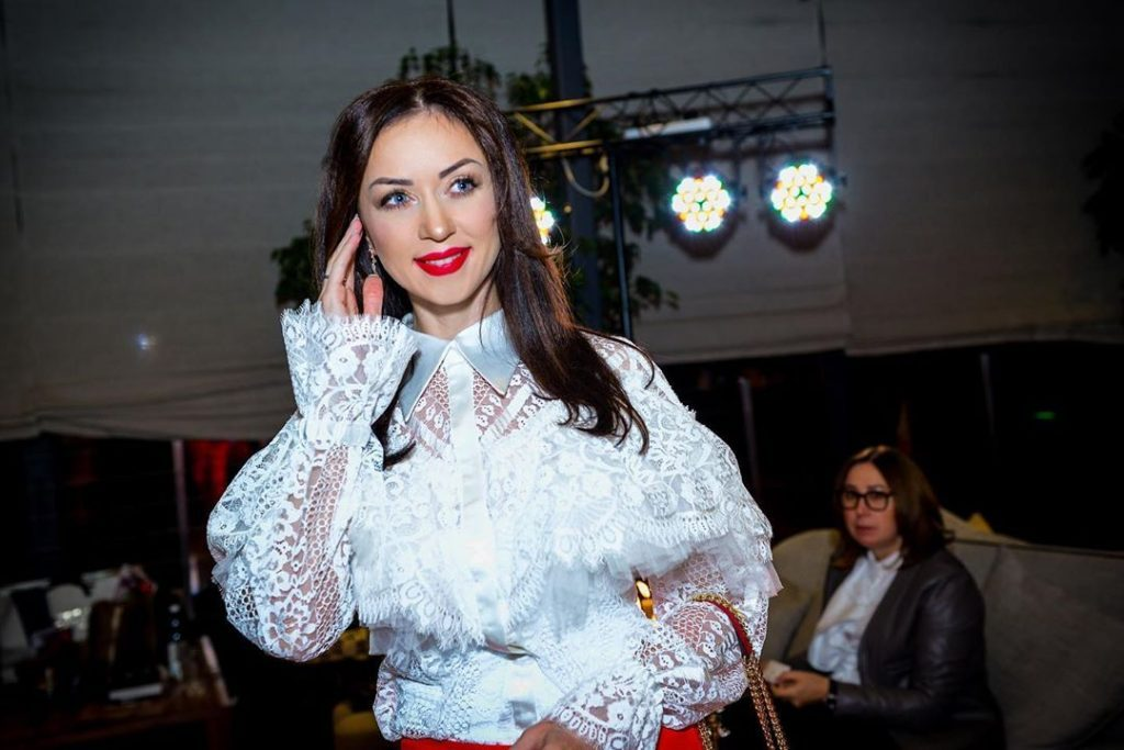 Клетчатый костюм и туфли на каблуке: Наталья Валевская блистает на показе Iva Nerolli