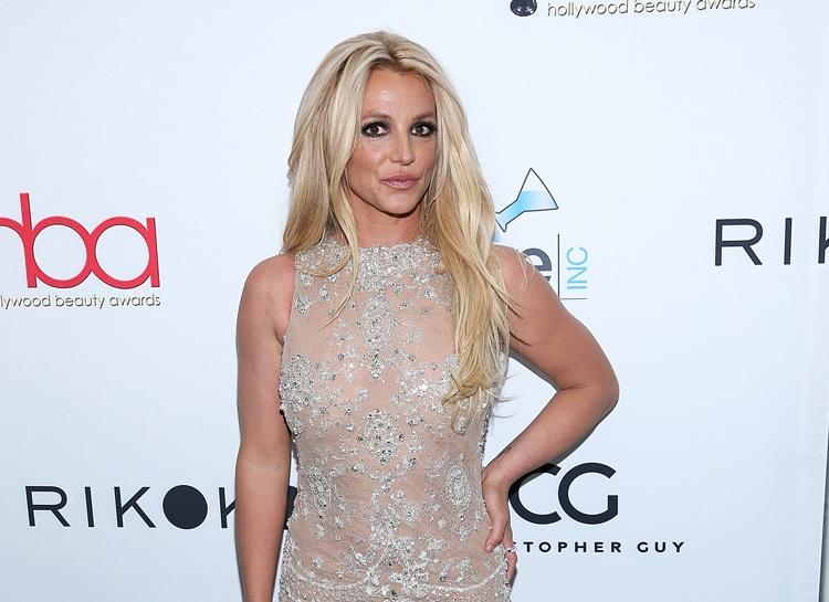 Бритни Спирс поправилась и впервые вышла в свет в новом образе