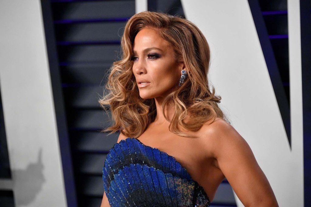 Дженнифер Лопес вышла в свет в золотом платье без белья и с новым имиджем