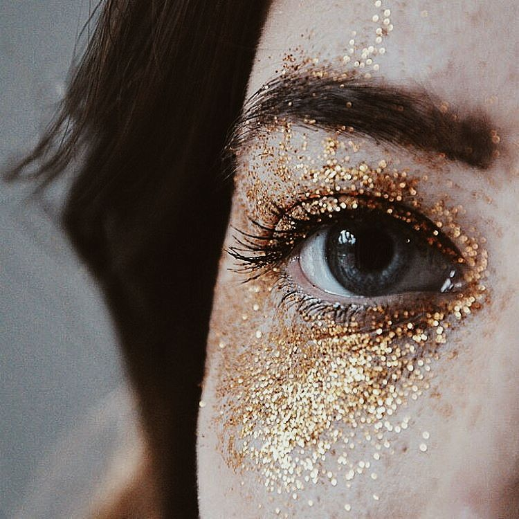 Трендовый макияж осени: идеи использования глиттера