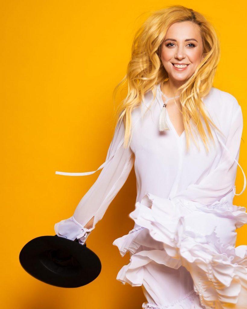 Тоня Матвиенко в трендовой блузке украсила обложку нового выпуска издания «Лиза»