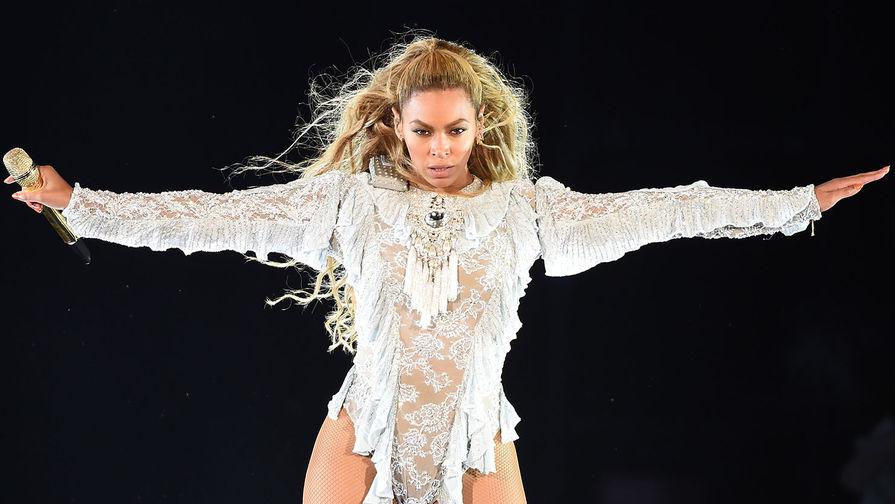 Фигуристая дива: Бейонсе подчеркнула свои формы облегающим золотым платьем