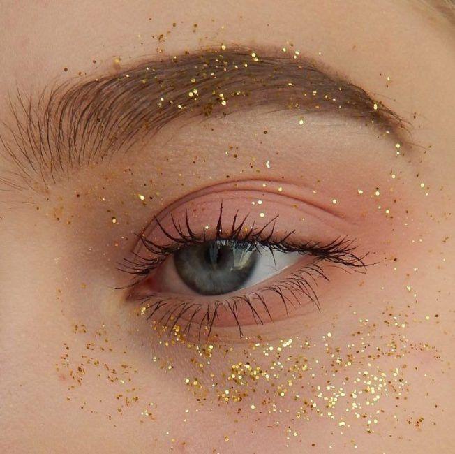Трендовый макияж: как выделить и увеличить глаза