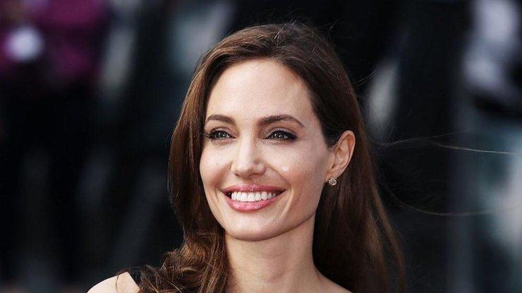 Королевское платье: Анджелина Джоли восхитила очередным выходом в свет