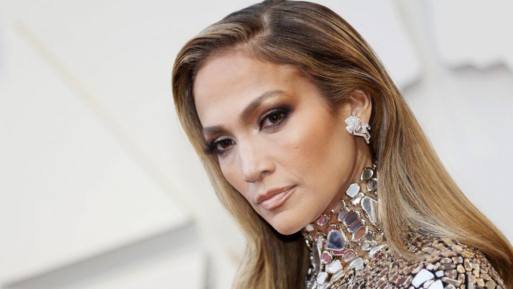 Образ дня: Дженнифер Лопес вышла в свет в total look самого модного оттенка сезона