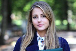 Анна Михайловская примерила необычный парик