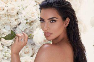 Ким Кардашьян анонсировала новую линейку парфюмерии в пикантном комбинезоне модного цвета
