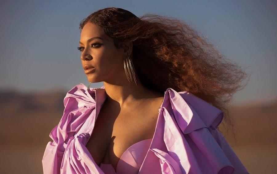 Битва образов Бейонсе: поп-звезда выгуляла за вечер два откровенных платья