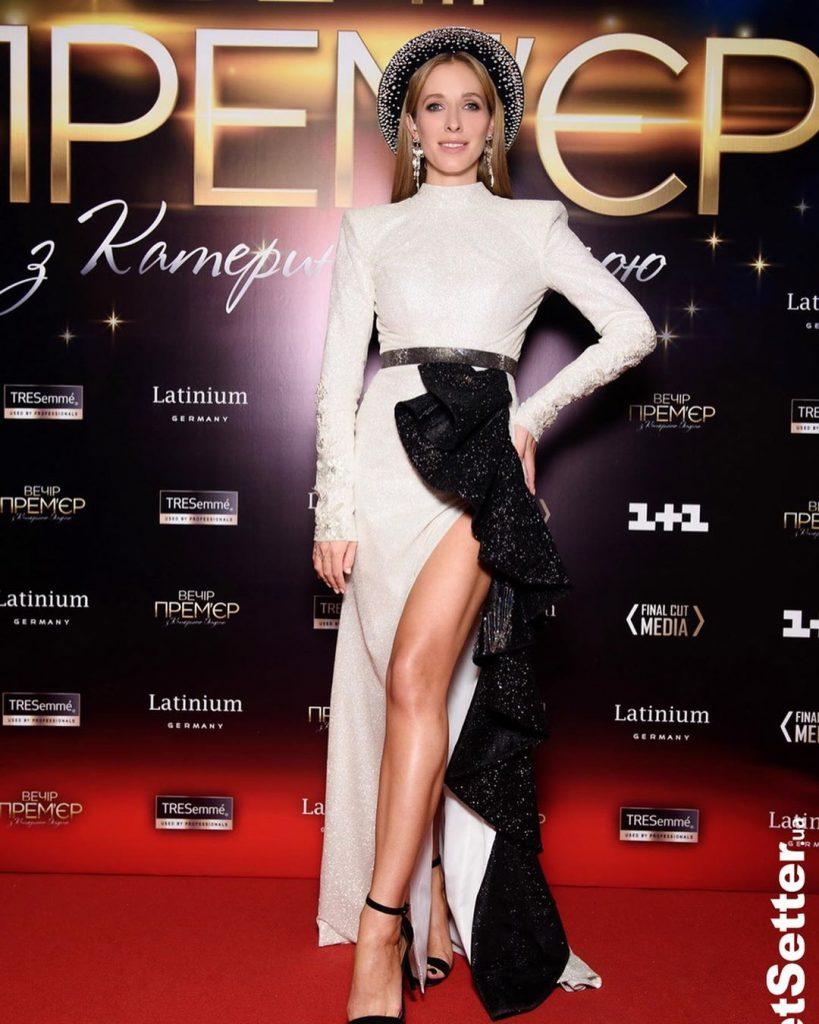 Новое платье Кати Осадчей вот уже несколько дней обсуждают в Сети