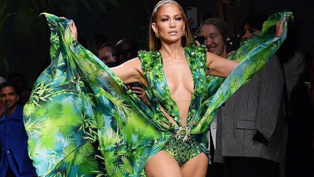 В перьях и блестках: Дженнифер Лопес вышла в свет в «драматичном» платье