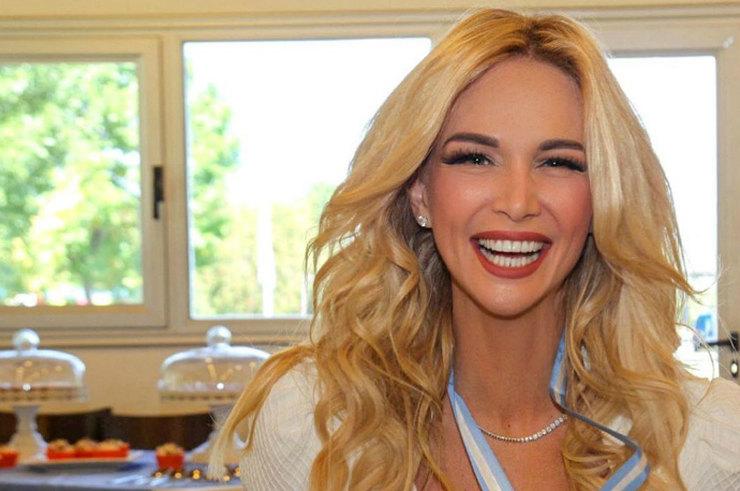 Виктория Лопырева подчеркнула красивый загар светлой одеждой
