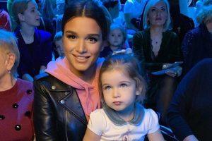 Ксения Бородина с дочкой показали новогодний Family look возле ёлки