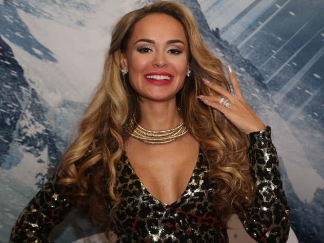 Как у звезды: Анна Калашникова показала новогодний маникюр