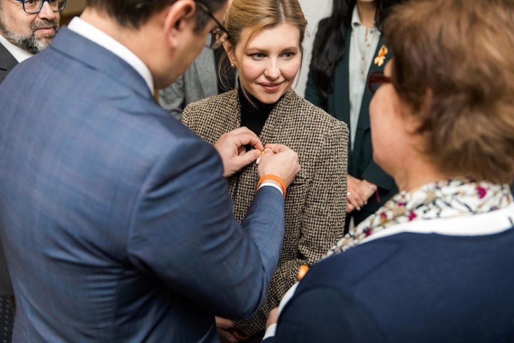 Елена Зеленская примерила деловой костюм мужского кроя