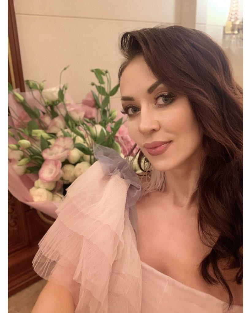 В лаковых лосинах и широкополой шляпе: Наталья Валевская блистает на премьерном показе фильма «Скажене весілля-2»