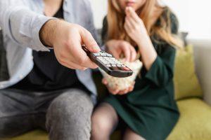 Ленивый отдых: почему просмотр телевизора принесёт пользу вашей паре?