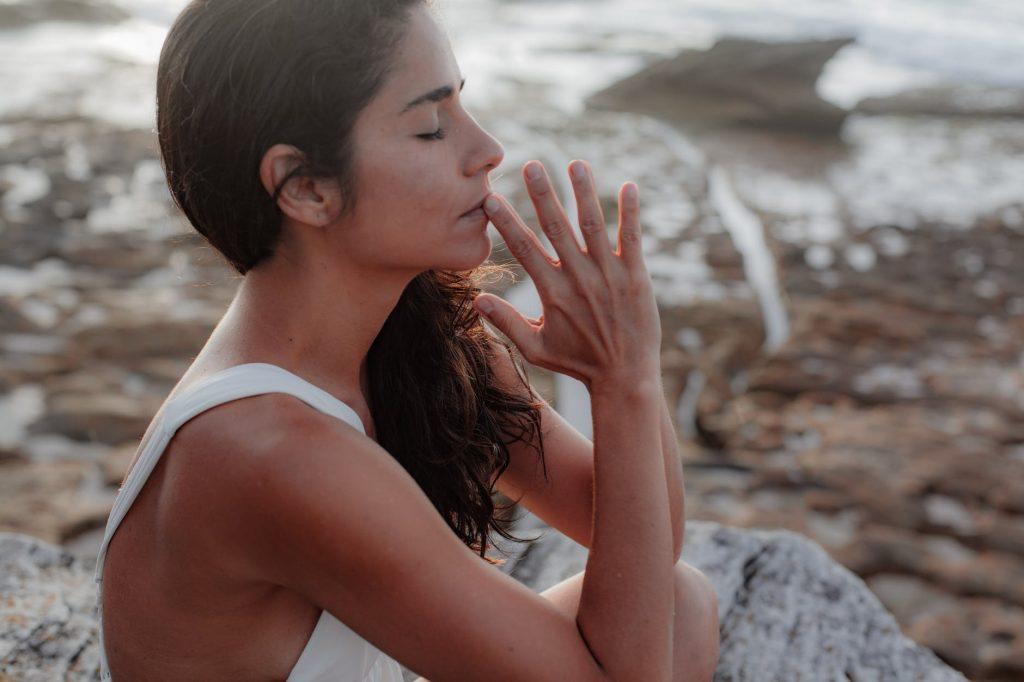 Дыхательное упражнение на 5 минут, которое поможет расслабиться