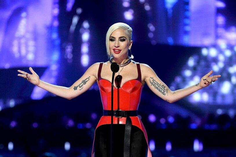 В новый год с новым бойфрендом: Леди Гага засветилась во время поцелуев на праздничной вечеринке
